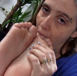 I love to worship tiny feet :)