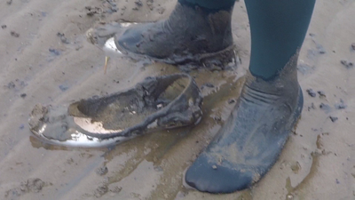 Jana make a mud flat session with her silver flats ballerinas