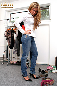 06-001 - Trying on various pairs of high heels (Pictures)