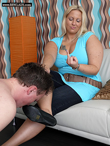 BBW Lady Cathy gets her shoes licked (Pictures)