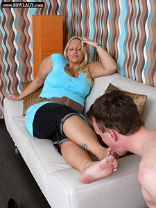 BBW Lady Cathy gets her sweaty feet licked (Pictures)