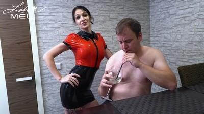 Ekelabrichtung! Sklave säuft perversen Cocktail-Mix