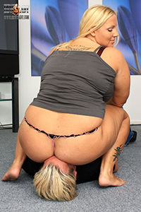 BBW Lady Cathy face sitting and smothering (Photos)