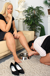 Cathy\'s new foot slave-girl (Photos)