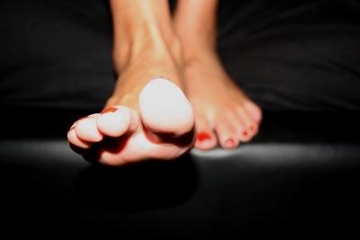 Rotlackierte Fußnägel
