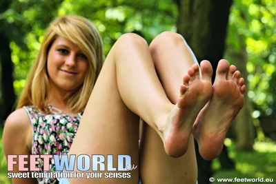 SWEET TEEN SHOWS SEXY FEET IN THE PARK